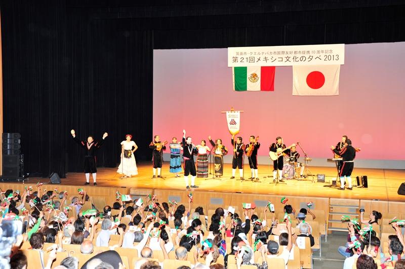 Agitan bandera mexicana y cantan